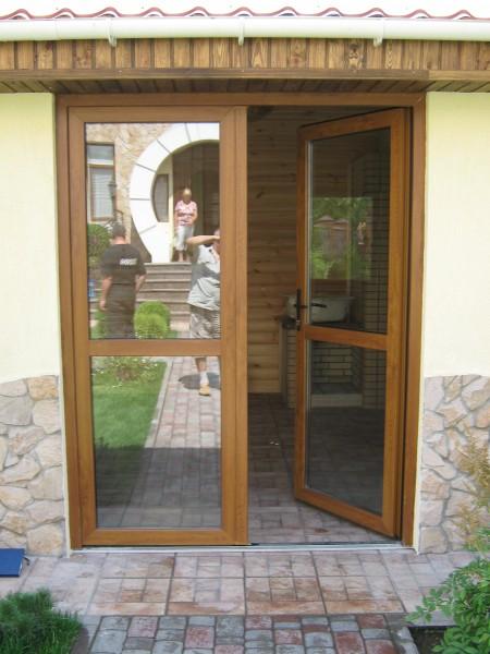 Металлопластиковые двери в здании